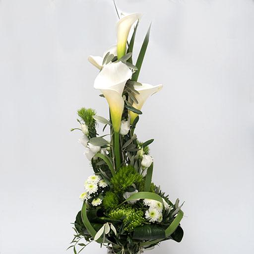 Ein Pyramidenstrauß mit weißen Blumen und viel Grün von vorne.
